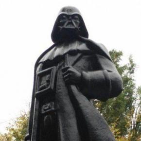 Statua di Lenin trasformata in quella di Darth Fener di Star Wars: la brutta fine del comunismo
