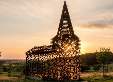 Belgio, la Chiesa che scompare al tramonto