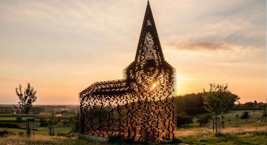 chiesa belgio sparisce al tramonto