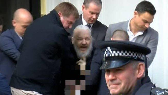 Julian Assange venduto dall'Ecuador agli Usa: perchè dobbiamo ringraziarlo