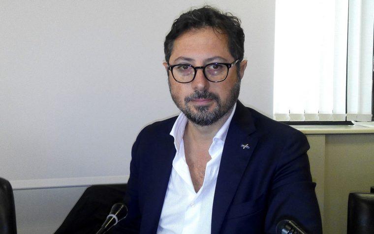 Francesco Emilio Borrelli, il consigliere regionale che combatte i poteri piccoli