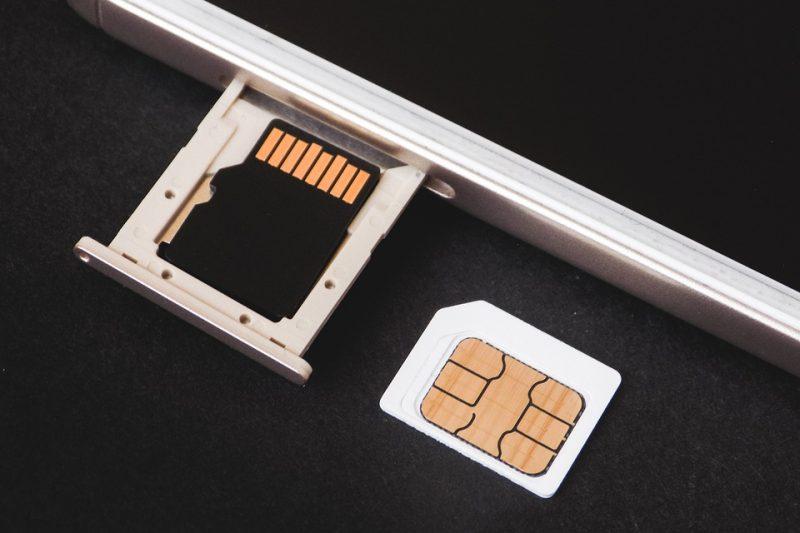 Smartphone, arriva la tassa sulla Sim: come funziona e chi colpirà