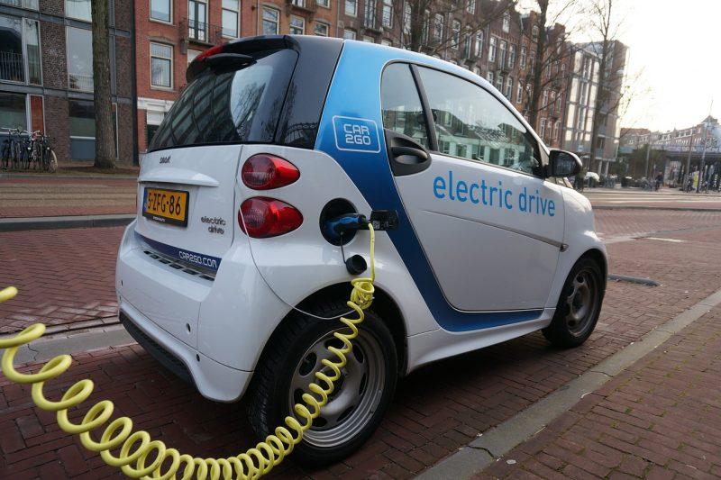 Auto elettriche sono un bluff? Quanto inquinano davvero, costi e rischio privacy