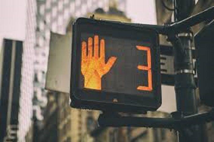 Semaforo giallo ridotto a 3 secondi: quali rischi, dalla multa agli incidenti