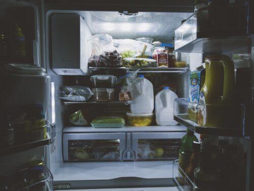 Latte nello sportello del frigorifero: perché  è sbagliato