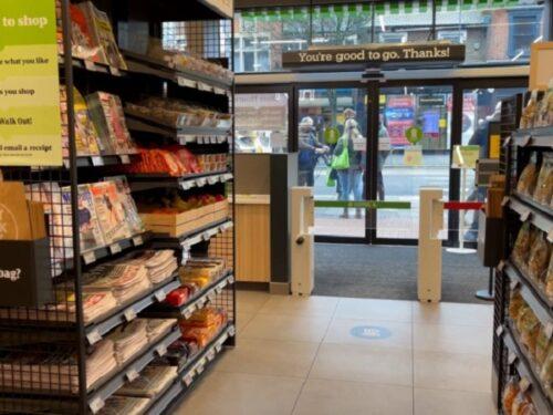 Amazon apre pure i negozi: colpo mortale ai commercianti