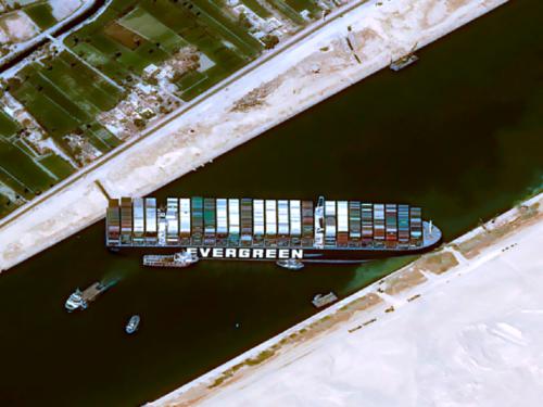 Canale di Suez bloccato: non solo aumento benzina, tutti i rischi